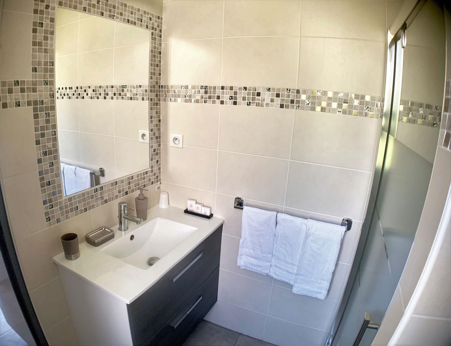 https://www.villaetoile-cannes.com/wp-content/uploads/2019/06/5-lavabo.jpg